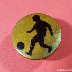Coleccionismo deportivo: ANTIGUO Y CURIOSO BOTON FUTBOL. Lote 140041362