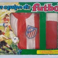 Coleccionismo deportivo: TU EQUIPACION DE FUTBOL , EQUIPACION PARA NIÑO ATLETICO DE MADRID - AÑOS 80. Lote 144035338