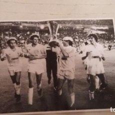 Coleccionismo deportivo: REAL MADRID : 100 PERIODICOS SEGUIDOS Y ENCUADERNADOS ( EN 2 LIBROS). Lote 145008810