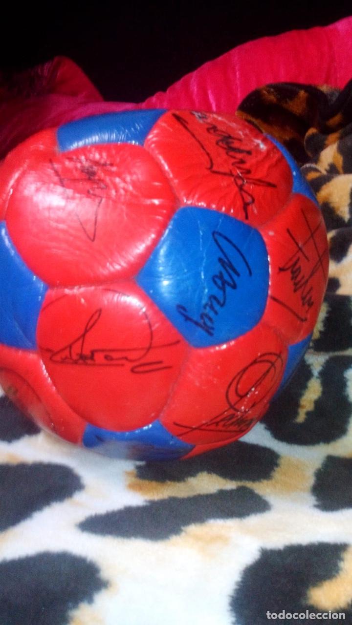 Coleccionismo deportivo: Balón del El fútbol club Barcelona firmado por todos los jugadores de fútbol época de Maradona - Foto 2 - 146867333