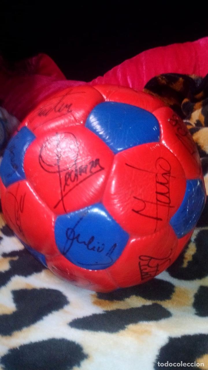 Coleccionismo deportivo: Balón del El fútbol club Barcelona firmado por todos los jugadores de fútbol época de Maradona - Foto 3 - 146867333