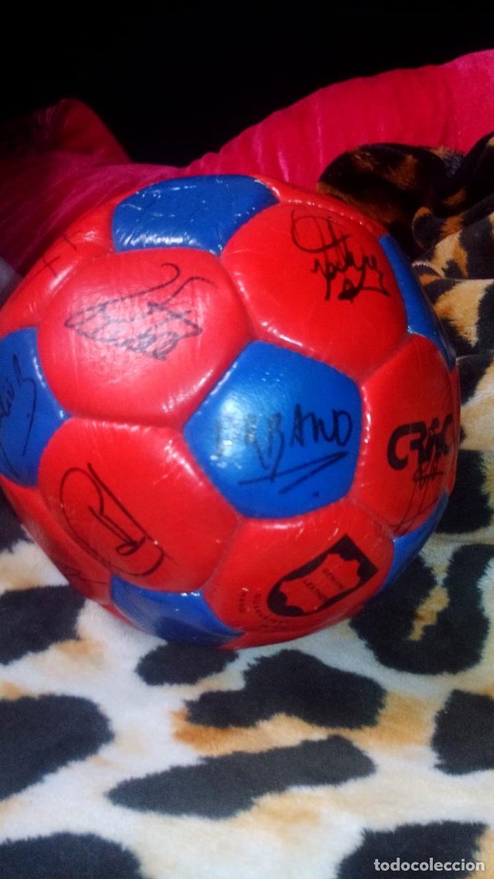 Coleccionismo deportivo: Balón del El fútbol club Barcelona firmado por todos los jugadores de fútbol época de Maradona - Foto 5 - 146867333