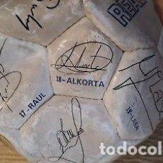 Coleccionismo deportivo: ANTIGUO BALÓN DEL REAL MADRID FIRMA JUGADORES. ALKORTA.RAUL.REDONDO...... Lote 147786622