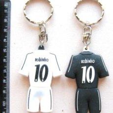 Coleccionismo deportivo: LOTE 2 LLAVERO REAL MADRID ROBINHO N 10 EX SANTOS MANCHESTER CITY BRASIL KEYRING. Lote 149880686