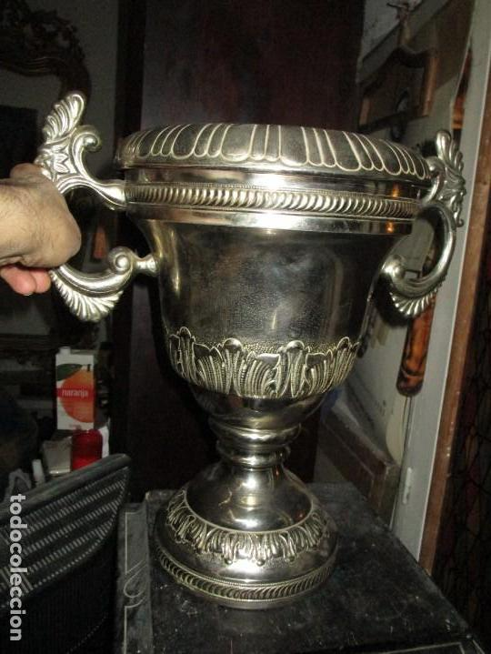 Coleccionismo deportivo: COPA GRANDE 45 cms ANTIGUA 1º TROFEO JOYERIA GOMIS 1958 FUTBOL UN ASA DESPRENDIDA - Foto 2 - 154483774