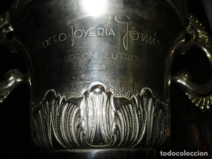 Coleccionismo deportivo: COPA GRANDE 45 cms ANTIGUA 1º TROFEO JOYERIA GOMIS 1958 FUTBOL UN ASA DESPRENDIDA - Foto 10 - 154483774