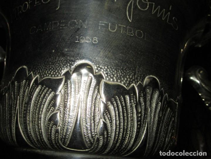 Coleccionismo deportivo: COPA GRANDE 45 cms ANTIGUA 1º TROFEO JOYERIA GOMIS 1958 FUTBOL UN ASA DESPRENDIDA - Foto 11 - 154483774