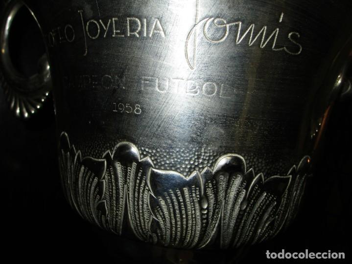 Coleccionismo deportivo: COPA GRANDE 45 cms ANTIGUA 1º TROFEO JOYERIA GOMIS 1958 FUTBOL UN ASA DESPRENDIDA - Foto 7 - 154483774