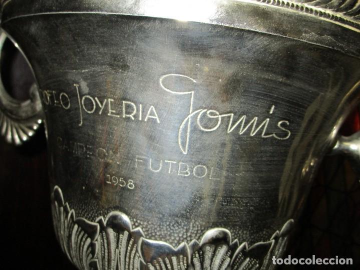 Coleccionismo deportivo: COPA GRANDE 45 cms ANTIGUA 1º TROFEO JOYERIA GOMIS 1958 FUTBOL UN ASA DESPRENDIDA - Foto 3 - 154483774