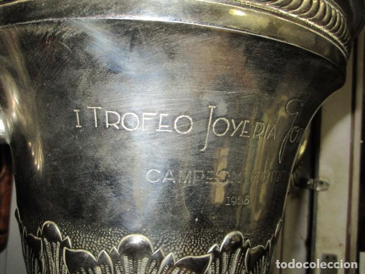 Coleccionismo deportivo: COPA GRANDE 45 cms ANTIGUA 1º TROFEO JOYERIA GOMIS 1958 FUTBOL UN ASA DESPRENDIDA - Foto 4 - 154483774