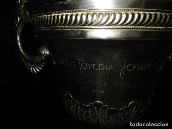 Coleccionismo deportivo: COPA GRANDE 45 cms ANTIGUA 1º TROFEO JOYERIA GOMIS 1958 FUTBOL UN ASA DESPRENDIDA - Foto 13 - 154483774