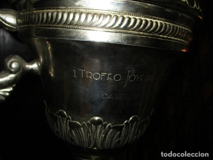 Coleccionismo deportivo: COPA GRANDE 45 cms ANTIGUA 1º TROFEO JOYERIA GOMIS 1958 FUTBOL UN ASA DESPRENDIDA - Foto 14 - 154483774