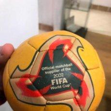 Coleccionismo deportivo: REPLICA ANTIGUO BALON DE FUTBOL ANTIGUO EN MINIATURA - ADIDAS MUNDIAL FUTBOL 2002. Lote 158433334