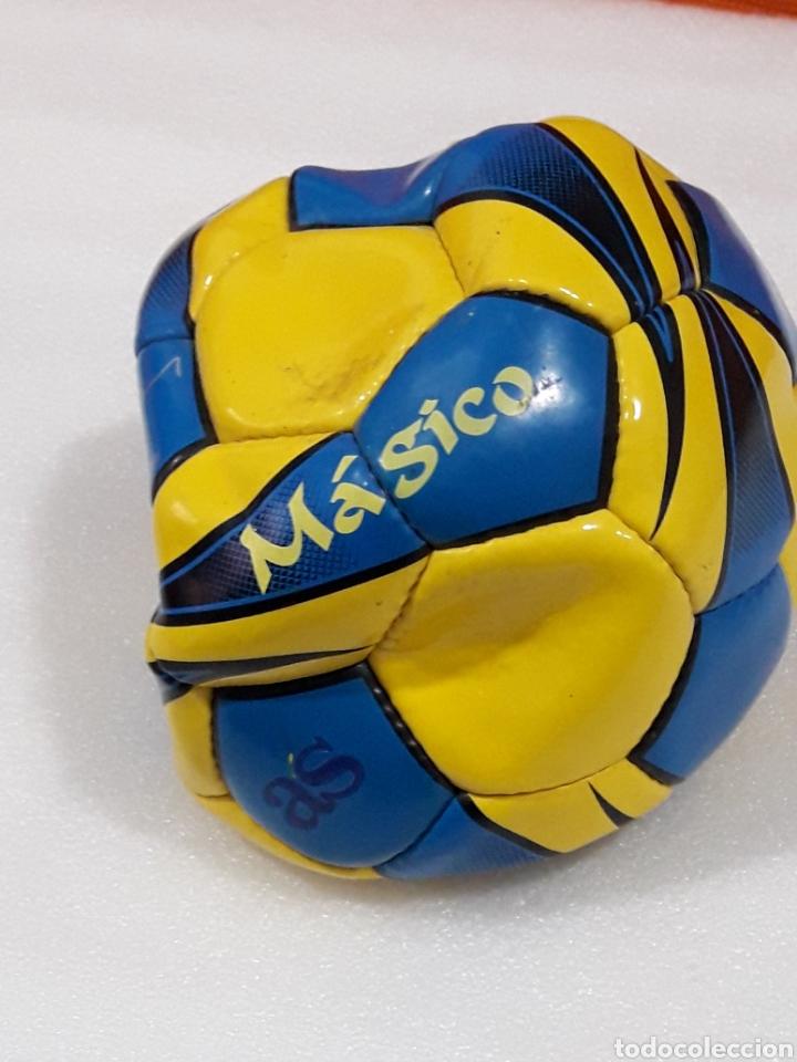 BALON DEL CADIZ C.F. MAGICO GONZALES PERIODICO AS SIN USO (Coleccionismo Deportivo - Material Deportivo - Fútbol)