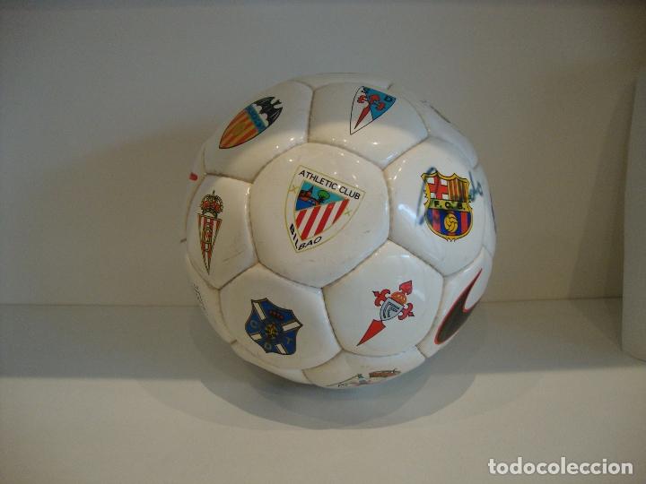 Coleccionismo deportivo: (TC-200/19) PELOTA BALON OFICIAL DE LIGA FUTBOL FIRMA SOBRE EL ESCUDO DEL BARCELONA RONALDO NIKE - Foto 8 - 165595946
