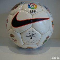 Coleccionismo deportivo: (TC-200/19) PELOTA BALON OFICIAL DE LIGA FUTBOL FIRMA SOBRE EL ESCUDO DEL BARCELONA RONALDO NIKE. Lote 165595946