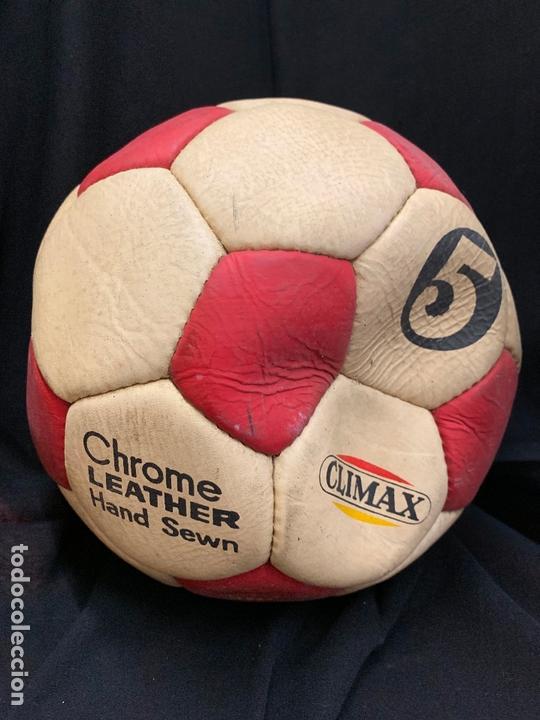 Coleccionismo deportivo: ANTIGUO BALON DE FUTBOL, DE PIEL, nunca usado, procede de una antigua tienda. Ideal coleccionismo - Foto 2 - 169673572