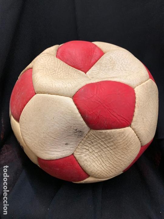 Coleccionismo deportivo: ANTIGUO BALON DE FUTBOL, DE PIEL, nunca usado, procede de una antigua tienda. Ideal coleccionismo - Foto 3 - 169673572