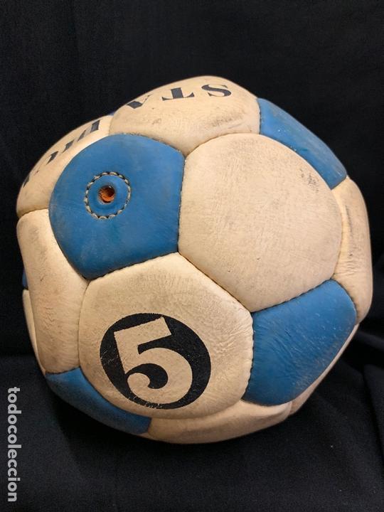 Coleccionismo deportivo: ANTIGUO BALON DE FUTBOL, DE PIEL, nunca usado, procede de una antigua tienda. Ideal coleccionismo - Foto 2 - 169673608