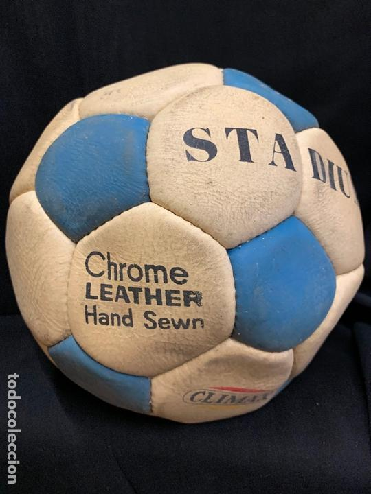 Coleccionismo deportivo: ANTIGUO BALON DE FUTBOL, DE PIEL, nunca usado, procede de una antigua tienda. Ideal coleccionismo - Foto 3 - 169673608