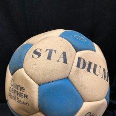 Coleccionismo deportivo: ANTIGUO BALON DE FUTBOL, DE PIEL, NUNCA USADO, PROCEDE DE UNA ANTIGUA TIENDA. IDEAL COLECCIONISMO. Lote 169673608
