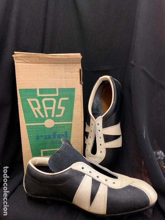 Coleccionismo deportivo: ANTIGUAS BOTAS DE FUTBOL, DE PIEL, nunca usados, proceden de una antigua tienda. Ideal coleccionismo - Foto 2 - 169675888