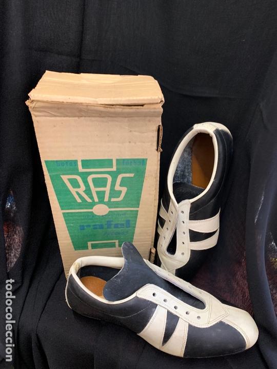 Coleccionismo deportivo: ANTIGUAS BOTAS DE FUTBOL, DE PIEL, nunca usados, proceden de una antigua tienda. Ideal coleccionismo - Foto 4 - 169675888