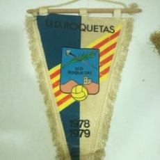 Collectionnisme sportif: UD ROQUETAS FUTBOL PENNANT BANDERIN FOOTBALL. Lote 196605703