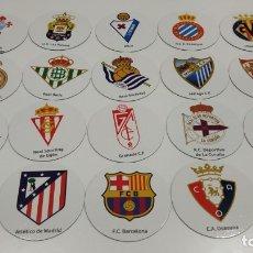 Coleccionismo deportivo: LOTE DE 20 IMANES REDONDOS DE ESCUDOS DE EQUIPOS DE FUTBOL DE PRIMERA DIVISION , LFP. Lote 177431124