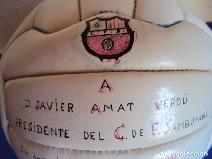 Coleccionismo deportivo: (F-191065)BALON DE 18 PANELES DEDICADO POR LA PLANTILLA DEL C.F.SAMBOYANO A SU PRESIDENTE 1962-63 - Foto 2 - 178664667