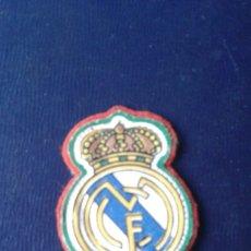 Coleccionismo deportivo: ESCUDO TELA REAL MADRID AÑOS 60-70 PARA CAMISETA FUTBOL . Lote 179338692