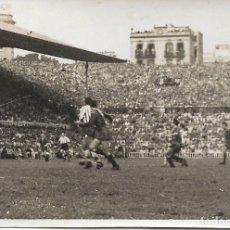 Coleccionismo deportivo: ANTIGUA FOTOGRAFIA PARTIDO DEL F.C.BARCELONA EN EL CAMPO DE LAS CORTS - (8,5X5,9). Lote 182997193