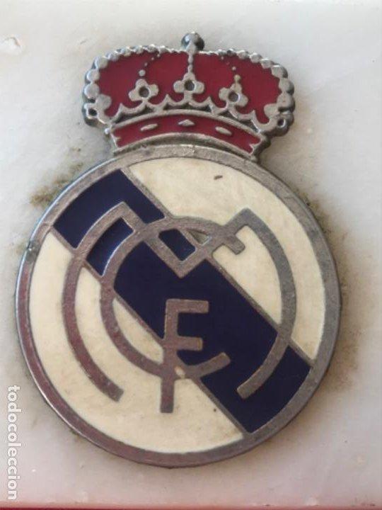 Coleccionismo deportivo: Real madrid club futbol antiguo cenicero velero palmatoria escudo futbol real madrid sobre marmol - Foto 2 - 189331205