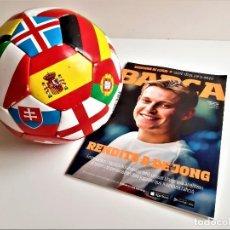 Coleccionismo deportivo: BALON DE FUTBOL + REVISTA OFICIAL BARCELONA CLUB DE FOTBOL. Lote 194131288