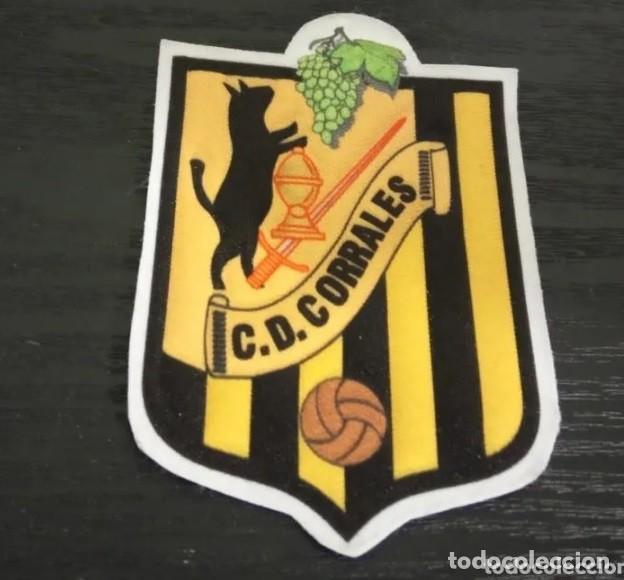 -ESCUDO DE TELA ANTIGUO DE FUTBOL : C.D. CORRALES ( CASTILLA LEON - ZAMORA ) (Coleccionismo Deportivo - Material Deportivo - Fútbol)