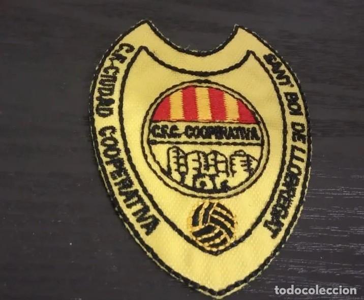 -ESCUDO DE TELA Y PLASTICO ANTIGUO DE FUTBOL : C.F. CIUDAD COOPERATIVA SANT BOI DE LLOBREGAT (Coleccionismo Deportivo - Material Deportivo - Fútbol)