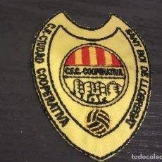 Coleccionismo deportivo: -ESCUDO DE TELA Y PLASTICO ANTIGUO DE FUTBOL : C.F. CIUDAD COOPERATIVA SANT BOI DE LLOBREGAT. Lote 194738771