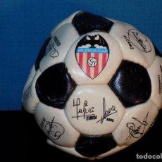 Coleccionismo deportivo: MINIBALON FIRMADO VALENCIA CF AÑOS 90 FIRMADO. Lote 194952187