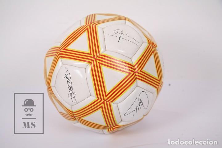 Coleccionismo deportivo: Balón / Pelota de Fútbol - Selecció Catalana de Fútbol - Diario Avui - Firmas Jugadores Impresas - Foto 4 - 195102731