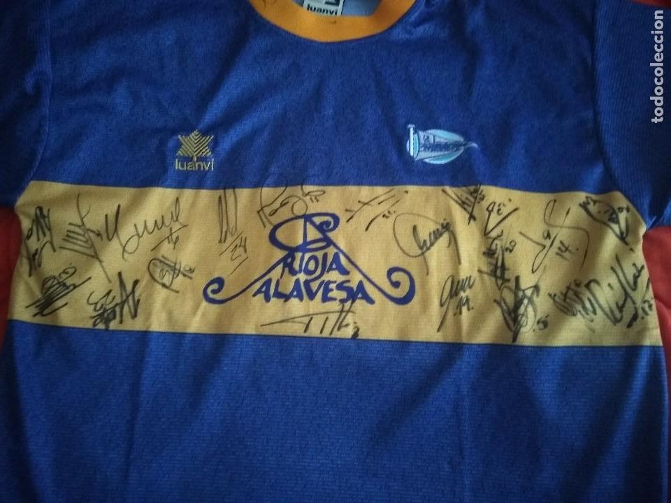 Coleccionismo deportivo: Camiseta final ueffa Deportivo Alavés Vitoria firmada jugadores - Foto 2 - 195361608
