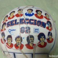 Coleccionismo deportivo: ANTIGUO BALÓN CAPLAN ORIGINAL DEL MUNDIAL 82 DECORADO CON JUGADORES DE LA SELECCIÓN 1982 - SIN USO. Lote 197662926