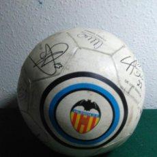 Coleccionismo deportivo: BALÓN DE FUTBOL FUTBOL CLUB VALENCIA CON LAS FIRMAS DE JUGADORES. Lote 199821930