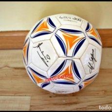 Coleccionismo deportivo: BALON EDITADO POR AS CON FIRMAS JUGADORES LEYENDAS REAL MADRID IMPRESAS DE ORIGEN. Lote 207063653