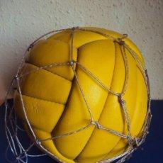 Coleccionismo deportivo: (F-200778)BALON 18 PANELES AÑOS 60 CON FIRMAS. Lote 213133856