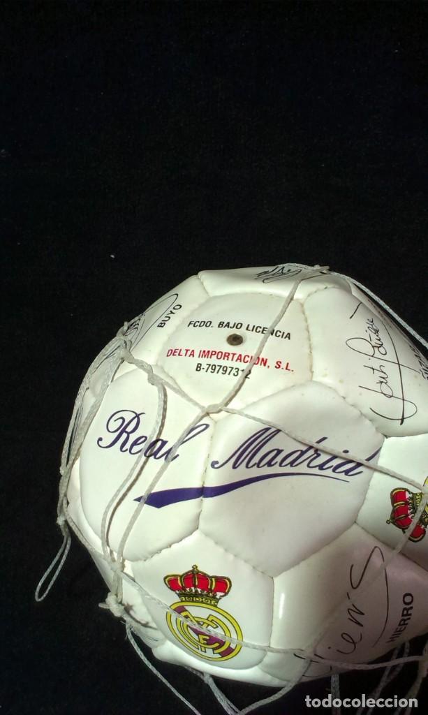 Coleccionismo deportivo: BALON DE FUTBOL REAL MADRID - LICENCIA DELTA CON FIRMA JUGADORES DE IMPRENTA - NUEVO - Foto 2 - 214022232