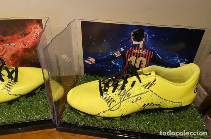 Coleccionismo deportivo: Bota Adidas firmada por Leo Messi con vitrina - Foto 2 - 201557030