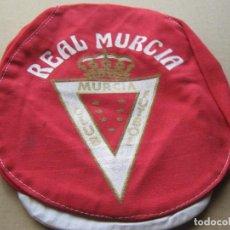 Coleccionismo deportivo: GORRA REAL MURCIA CF VISERA ANTIGUA Y NUEVA NEW + SERIGRAFIADA BORDE ROJO CAP MUTZE R. Lote 224038572