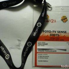 Coleccionismo deportivo: ACREDITACION PRENSA FUTBOL LIGA 123 FOTO TV NASTIC TARRAGONA CON CINTA COLGANTE. Lote 225500550