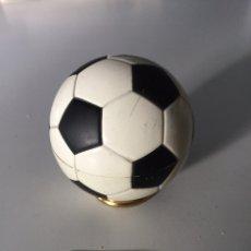 Coleccionismo deportivo: MECHERO DE MESA BALÓN FÚTBOL 1966. Lote 230369775