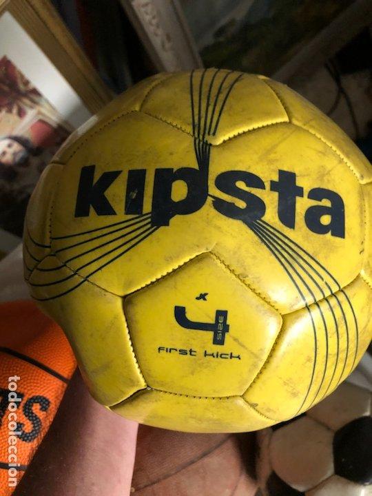 Coleccionismo deportivo: Lote de 5 balones, fútbol y baloncesto - Foto 8 - 232447120